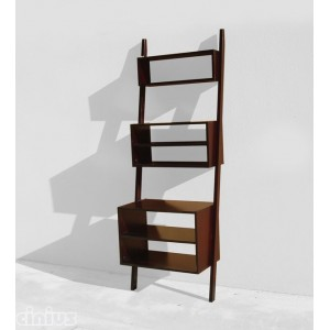 Angled pyramid-shaped bookcase with 5 shelves